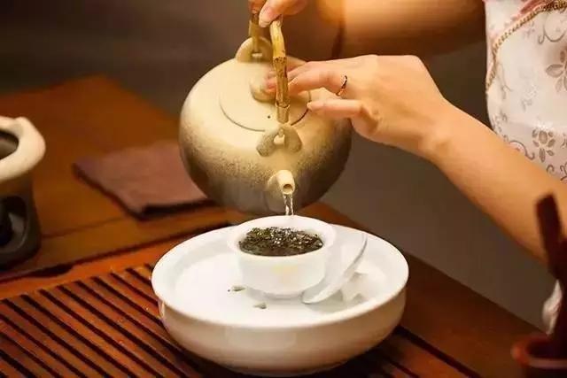 泡茶时浮起的泡沫