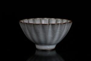 月白釉官窑菱花杯