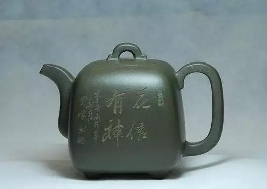 造型仿洋铁桶形,壶身为圆柱体